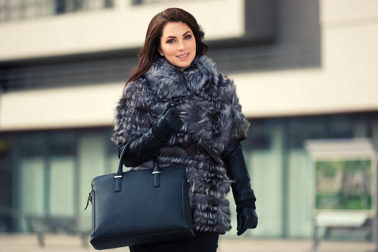 Vrouw met faux fur coat