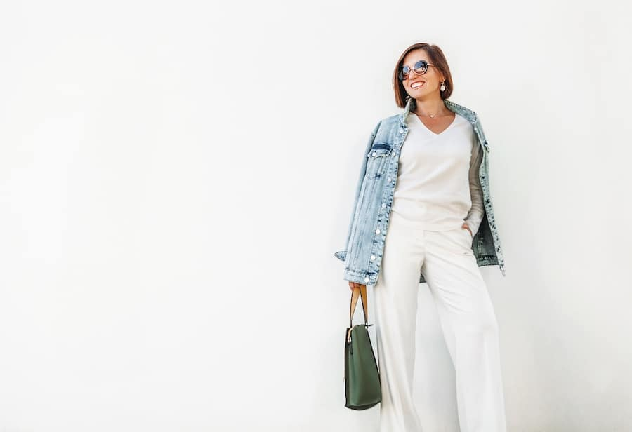 Vrouw met trendy all-white look