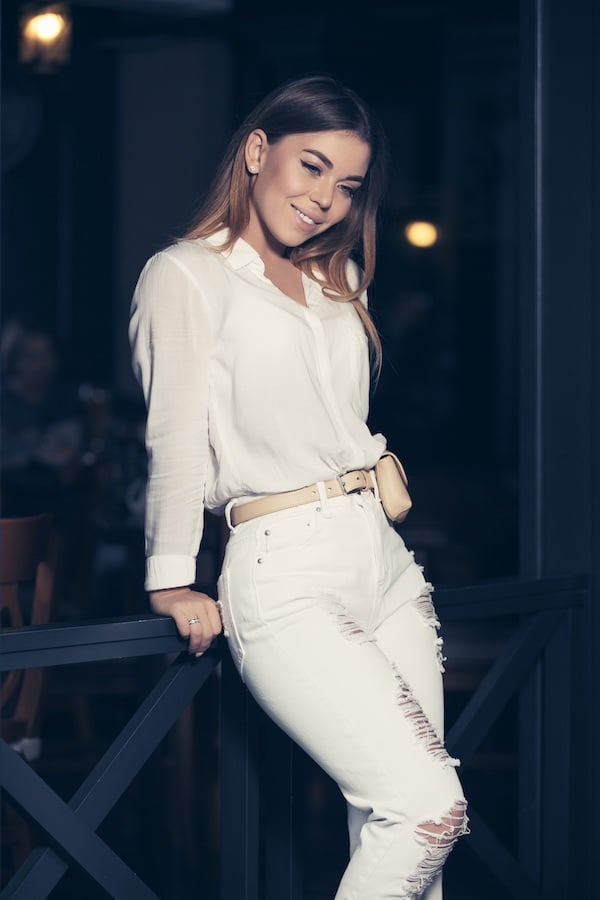Witte jeans met witte blouse outfit