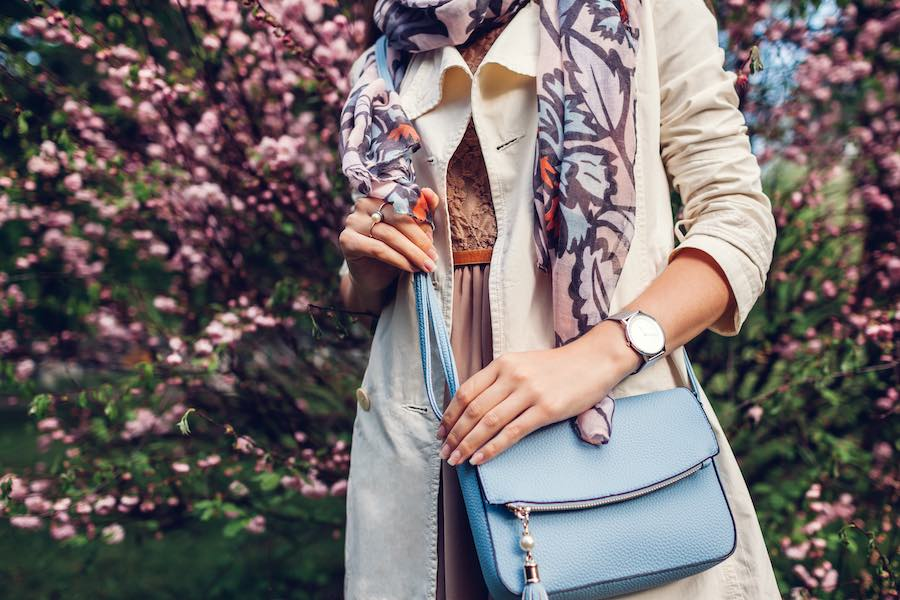 Stylish outfit met accessories sjaal en tas