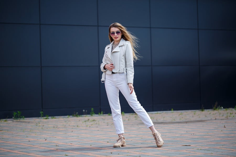 All white outfit met witte jeans stylish