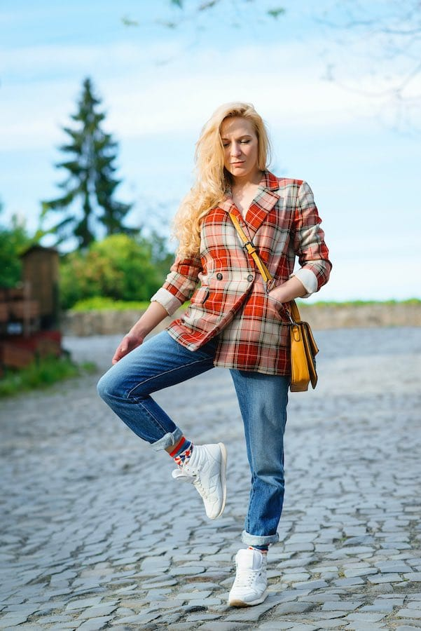Hippe vrouw in straight leg jeans modetrend