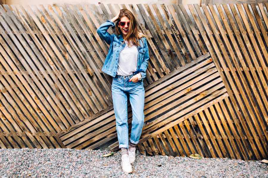 Denim look met witte basic t-shirts